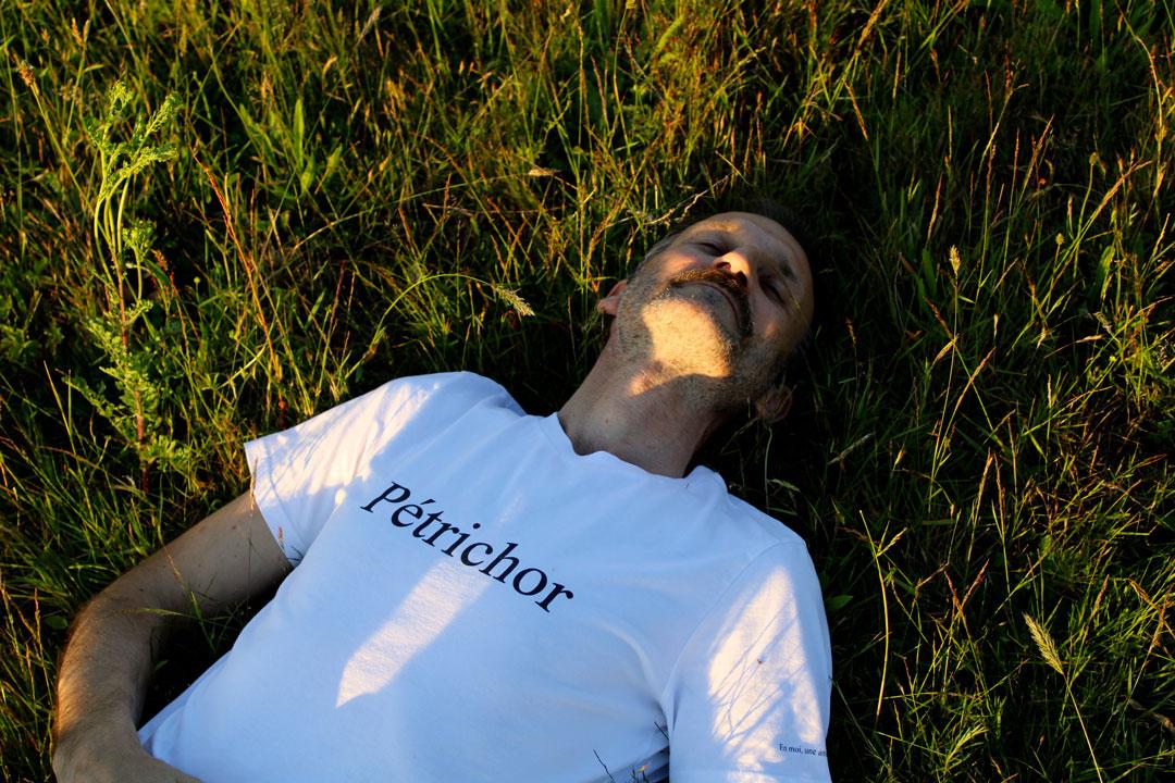 le-t-shirt-Petrichor-par-l-atelier-jour-de-lune-porte-homme